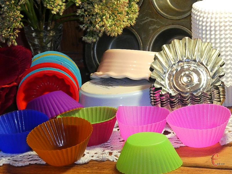 Форми для кексів можуть бути різних конфігурацій і розмірів, а також виготовлятися з різних матеріалів.
