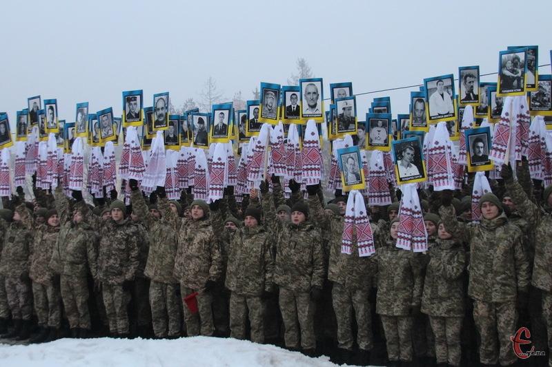 Вони піднялися на небо... портрети Героїв проснели центром Хмельницького