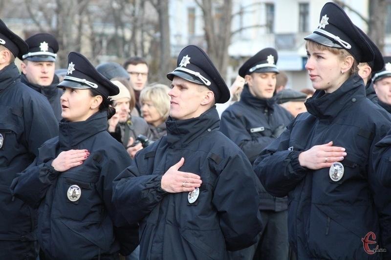 Хмельницька патрульна поліція склала присягу. Тепер порядок у місті мають охороняти 256 поліцейських