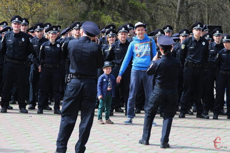 Ще до початку урочистостей хмельничани фотографувалися на фоні не одного десятку поліцейських