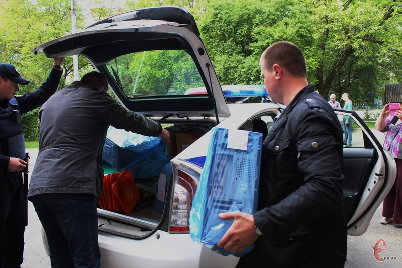 Під час обшуку в двох квартирах, власницею яких є Ольга Уграк, правоохоронці вилучили різні документи та оргтехніку