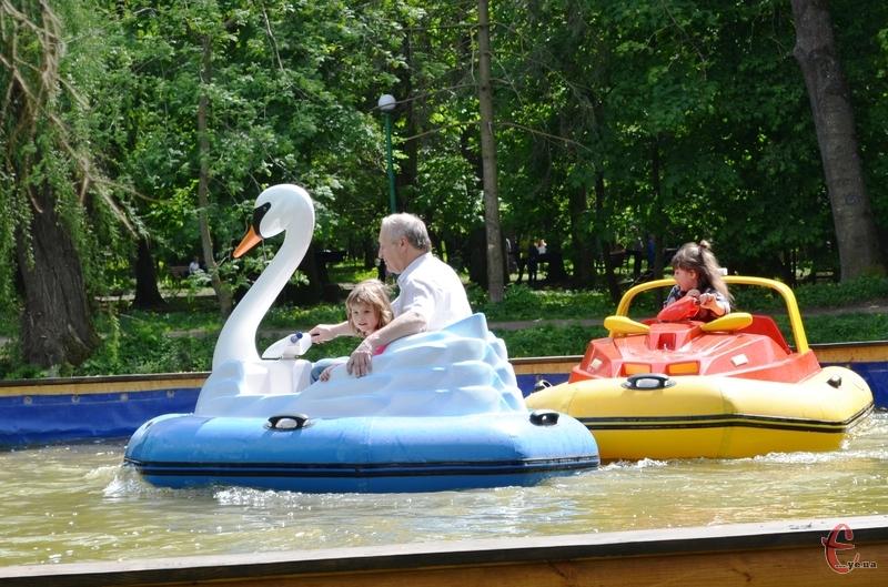Попри жарку погоду, відвідувачів у парку було дуже багато
