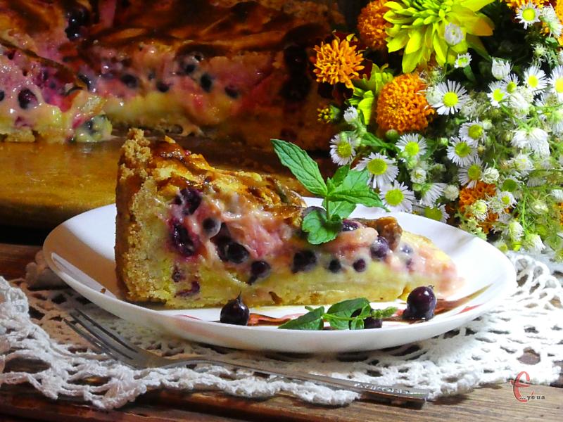Смачна розсипчаста випічка з тіста-крихти, ніжною кремоподібною заливкою та соковитою начинкою.