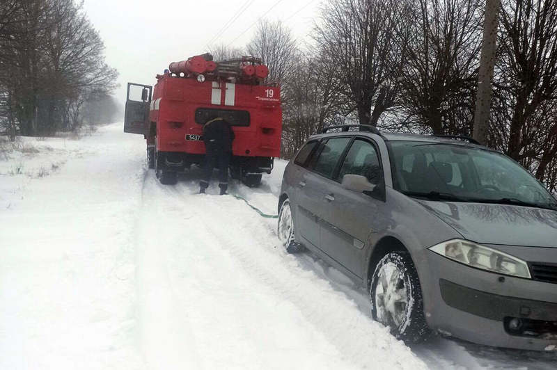 У Старокостянтинівському районі у снігову пастку потрапило одразу два автомобілі