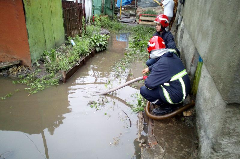 На вулиці Шевченка в обласному центрі через негоду стався застій води в дворі та на проїжджій частині