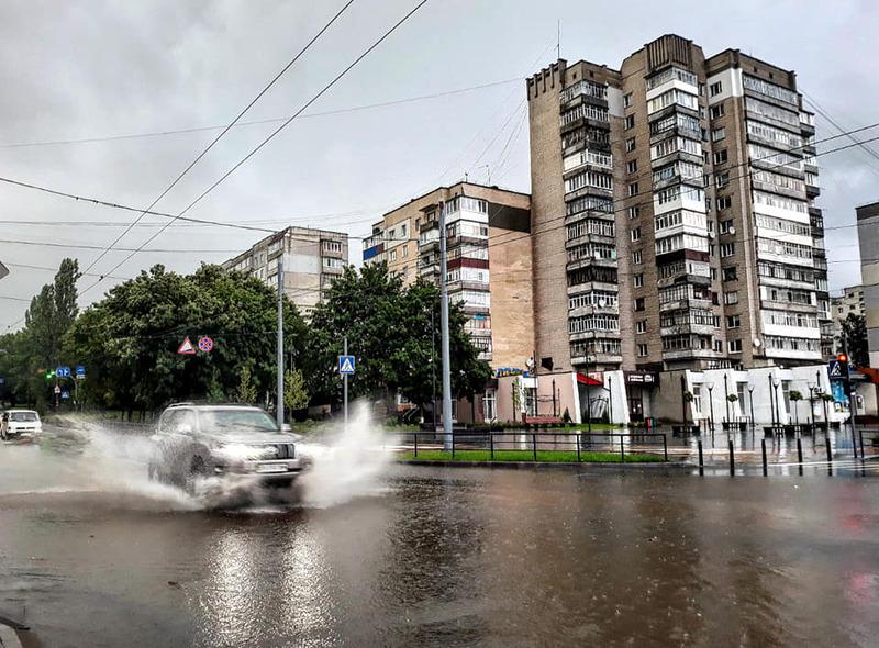 Сильні зливи продовжують підтоплювати деякі ділянки вулиці Зарічанської