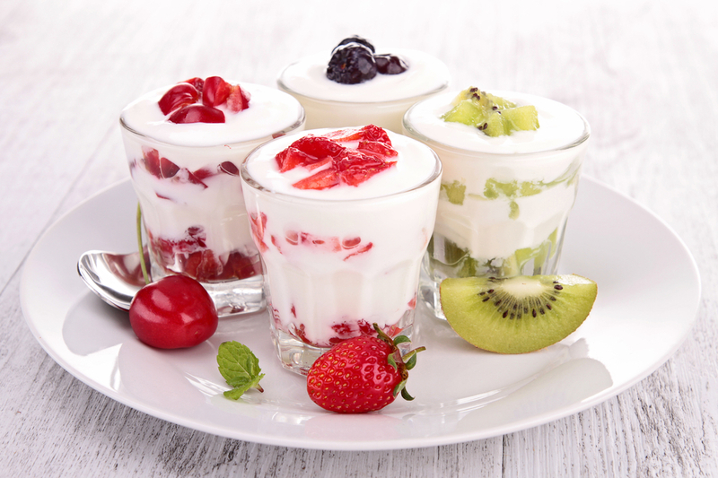 За словами господинь для приготування домашнього йогурту знадобиться лише молоко і закваска з кисломолочних бактерій.