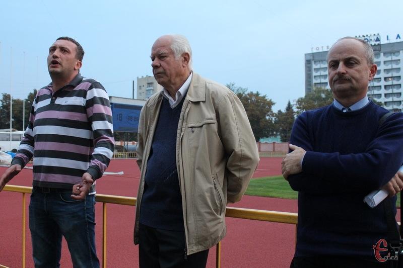 Найменше питань на зустрічі було до Миколи Доматевича (у центрі) директора стадіону Поділля. А ось Євгену Бейдермену (ліворуч) та Сергію Ремезу довелося відповідати іноді на незручні питання вболівальників