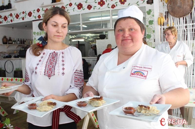 Оксана Саранчук (праворуч) презентувала аж три види вареників.