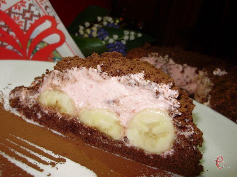 Цей дивовижно красивий торт із шоколадним бісквітом, банановою начинкою та практично невагомим полуничним суфле вважається зразком традиційної французької випічки, яка славиться своєю ніжністю і легкістю. Торт не складний у приготуванні, а результат завжд