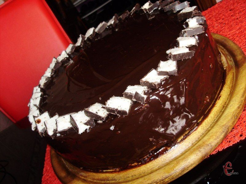 Торт виходить розкішний, височенний, із тонесенькими коржами та ніжною, буквально невагомою текстурою начинки.