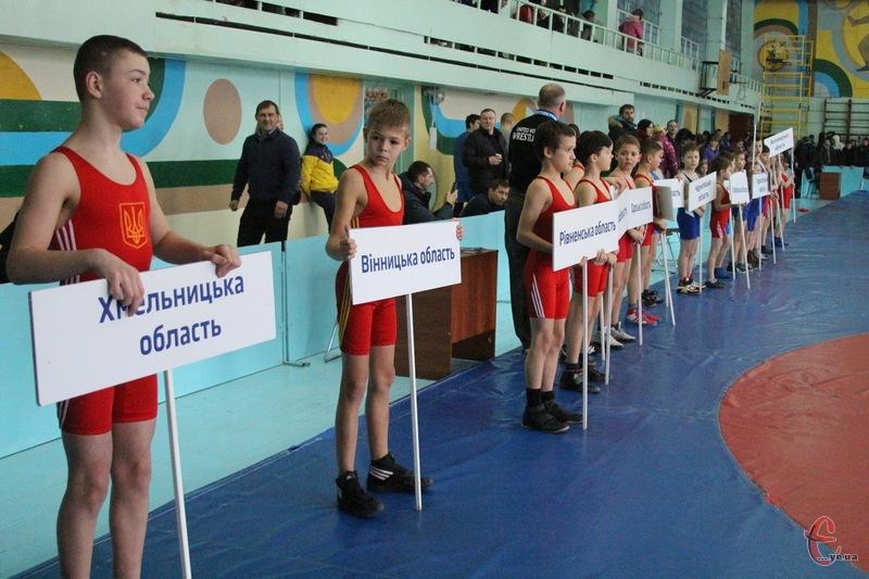 Чемпіонат відкрили парадом юних борців з представленням областей-учасників