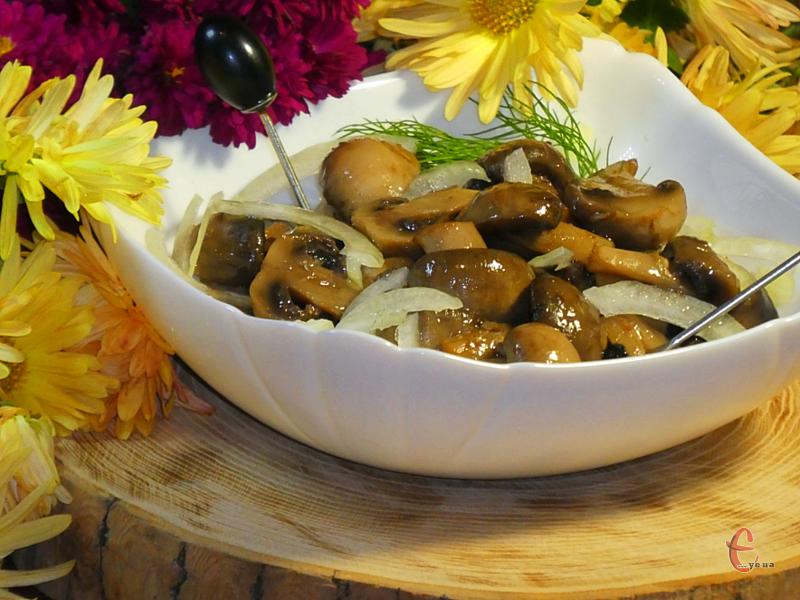 Мариновані грибочки за цим рецептом виходять пряними, в міру кисленькими, з ідеальним співвідношенням цукру та солі.