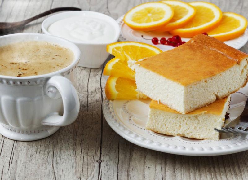 Смачна сирна запіканка готується набагато швидше будь-якого торта, але при цьому вона набагато корисніша.