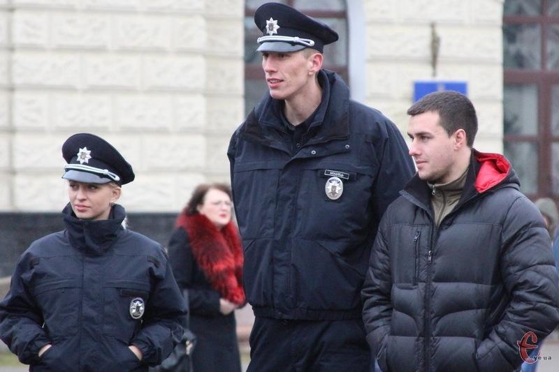Дмитро Міхалець (у центрі) приїздив у рідне місто в грудні 2015 року, коли в Хмельницькому приймали присягу патрульні поліцейські