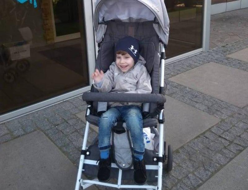 Не зважаючи на складну хворобу, Максим відвідує дитячий садочок, де може проводити час з іншими дітлахами