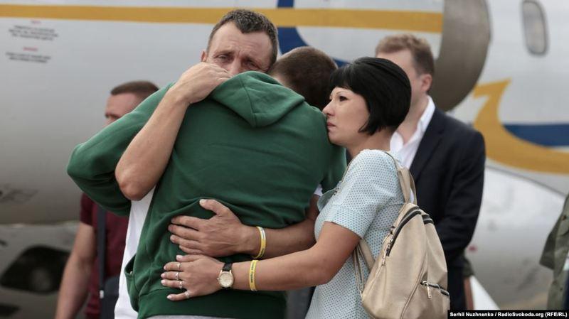 Сергій Цибізов в міцних обіймах мами і батька