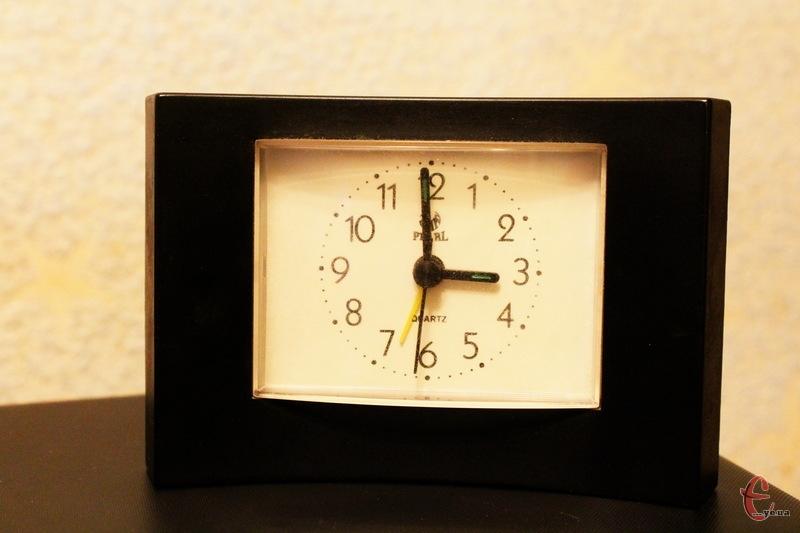На годину вперед стрілки переведуть о 3 ночі, але можна це зробити і раніше, лягаючи спати