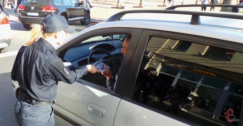 Хмельницькі патрульні вручали водіям інформаційні листівки