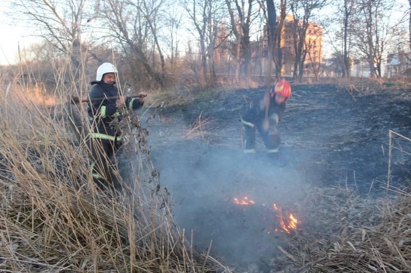 Причина весняних пожеж - суха трава