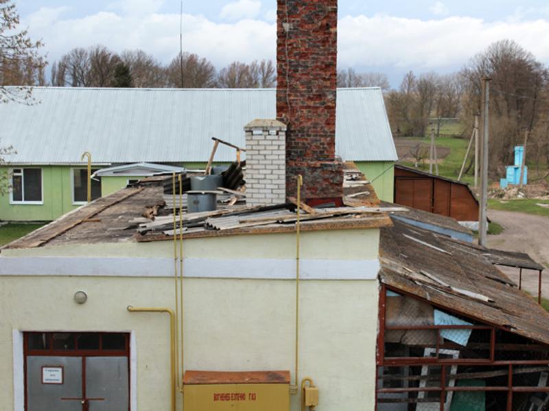 Через несприятливі погодні умови у Старокостянтинові з приватних житлових будинків вітер зірвав шифер.