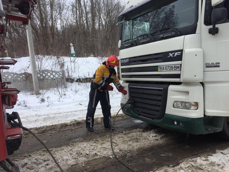 Зі снігової пастки на Хмельниччині продовжують рятувати людей