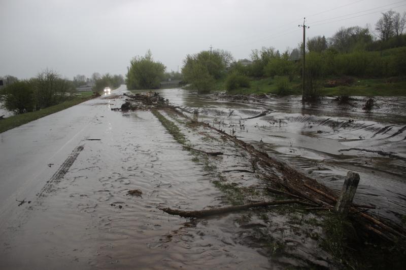 Вода змила з полів ґрунт і понесла його на сільські дороги та подвір'я