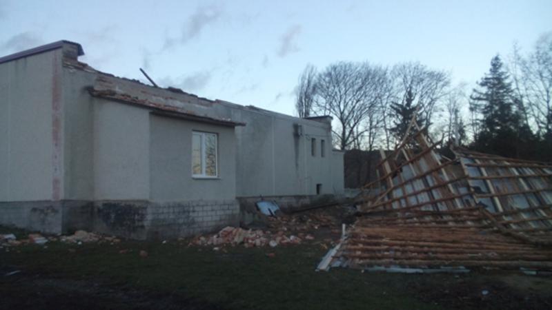 Негода позривала покрівлі будинків, ламала дерева та нищила електроопори