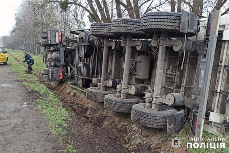 Водій вантажівки, намагаючись уникнути наїзду, допустив перекидання транспортного засобу