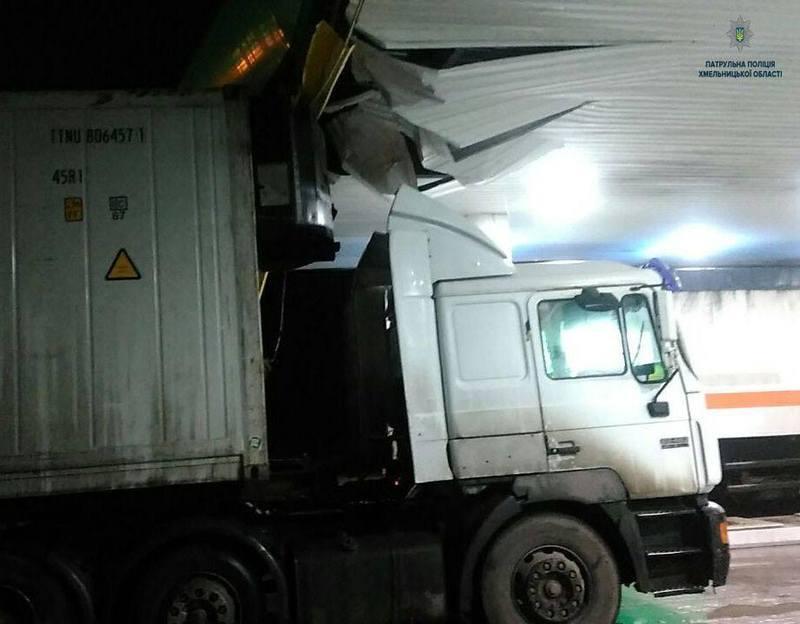 Неподалік Летичева вантажівка в'їхала в дах АЗС