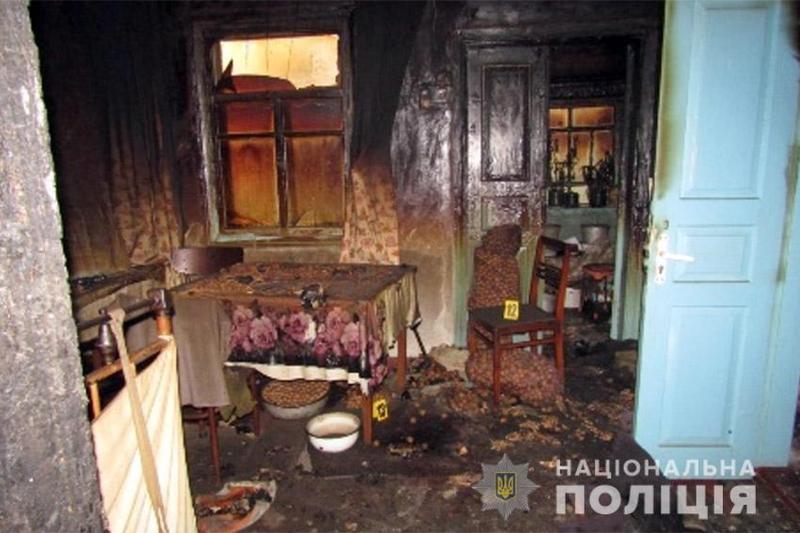 На Хмельниччині поліцейські розкрили вбивство пенсіонерки, замасковане під пожежу