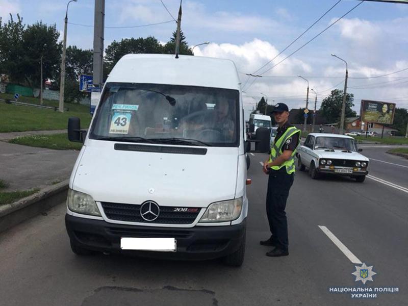 На Хмельниччині поліцейські перевірили понад 6000 автобусів для пасажирських перевезень