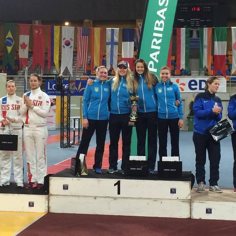 Галина Пундик (перша праворуч) разом із іншими партнерками по збірній України здобула золоту нагороду етапа Кубка світу з фехтування на шаблях