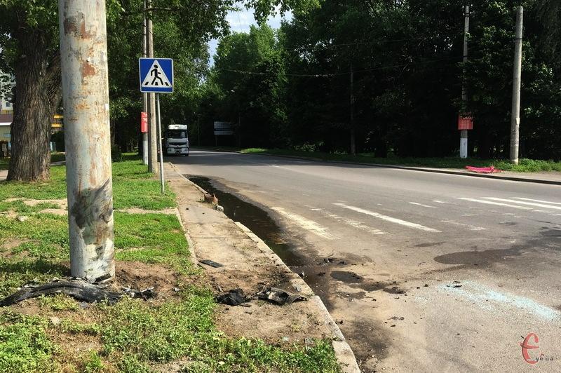 Зранку про ДТП нагадували лише рештки скла та бамбера від автомобіля, який в'їхав в електроопору