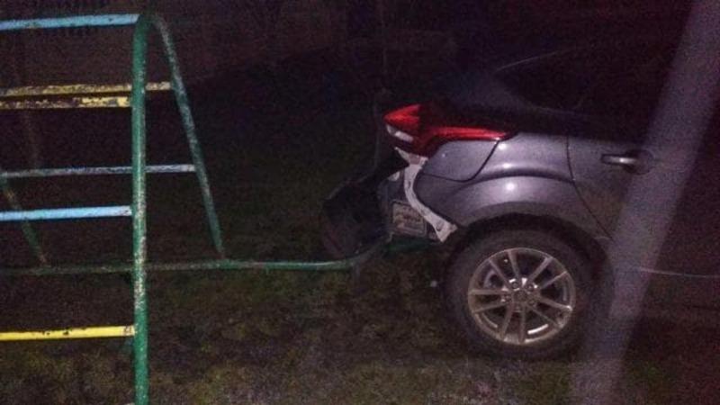 39-річний водій на автомобілі «Ford Focus» допустив зіткнення з металевою огорожею дитячого майданчика