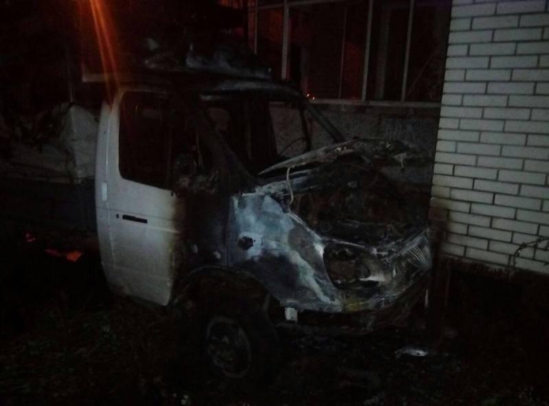 Вогонь від автомобіля пошкодив облицювання балконів першого і другого поверхів.