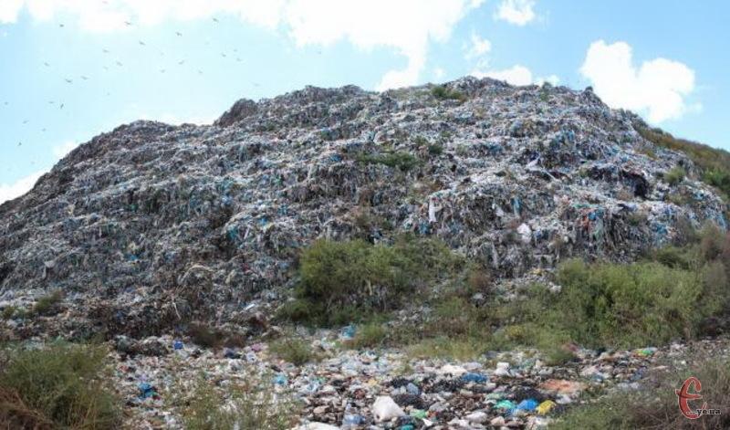 Сміттєзвалище в Хмельницькому накопичило не одну тонну сміття, під яким є чимало газу, який потрібно викачувати, щоб не сталося лихо