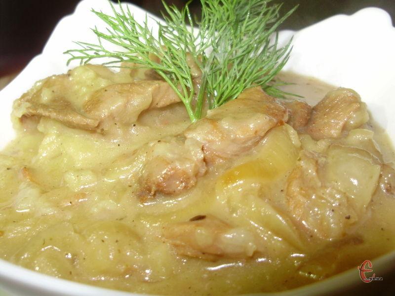 Подавати як підливку до гарніру – картопляного пюре або локшини. Дуже смачно з рисом.