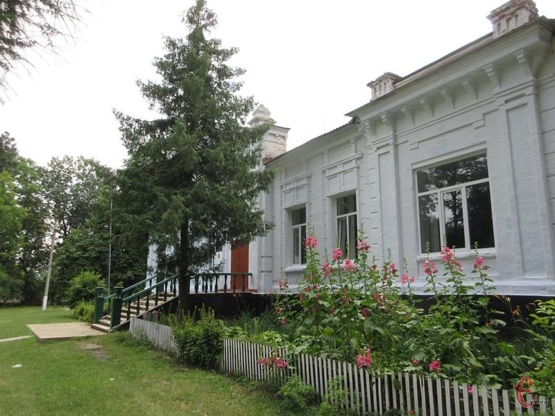 В Рахнівці зберігся палац родини Корф, який включений до туристичних маршрутів Дунаєвецької ОТГ