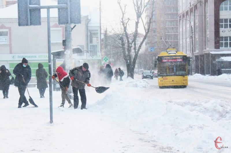 Цього інформаційного тижня на Хмельниччині тривали снігопади, через що автомобілі іноді потрапляли у снігові замети