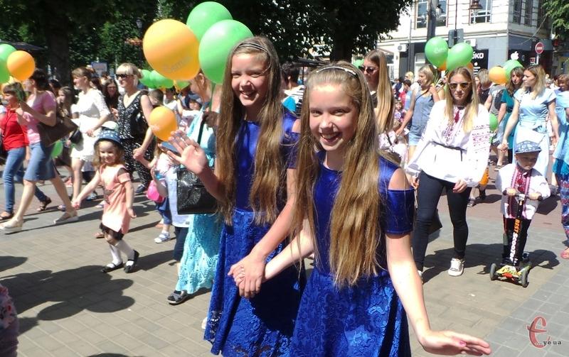 Десятирічні Вікторія та Вероніка теж пришли на парад. Кажуть, що мати свою «копію» -  дуже класно