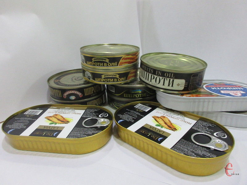 У нашій дегустації взяли участь п'ять марок шпротів: одна з них — «Ризьке золото» — привезена з Латвії, інші — українського виробництва.