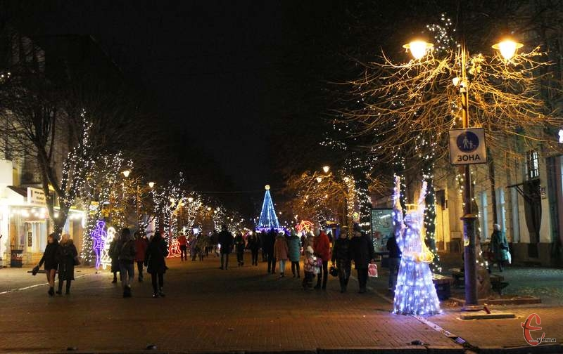 Незважаючи на відсутність снігу та карантинні обмеження, у Хмельницькому панує новорічно-різдвяна атмосфера