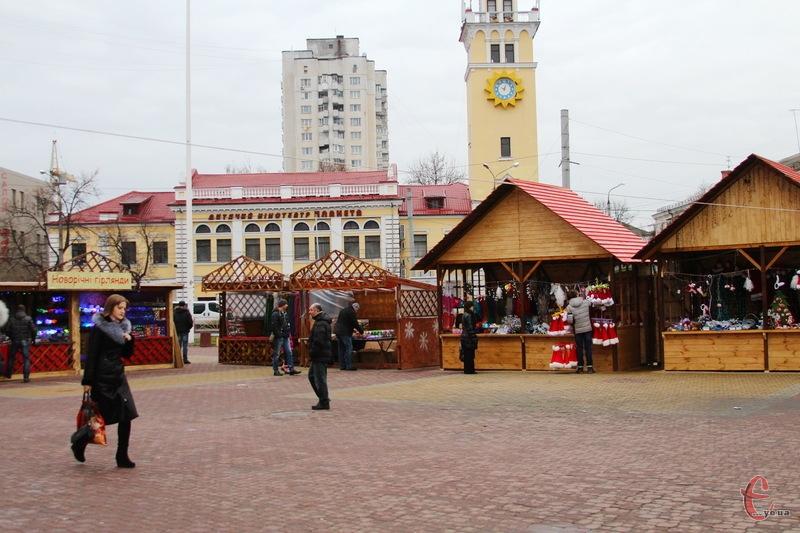 Вже наступного року ярмарок-продаж новорічних прикрас може переїхати до майданчику поблизу кінотеатру Шевченка