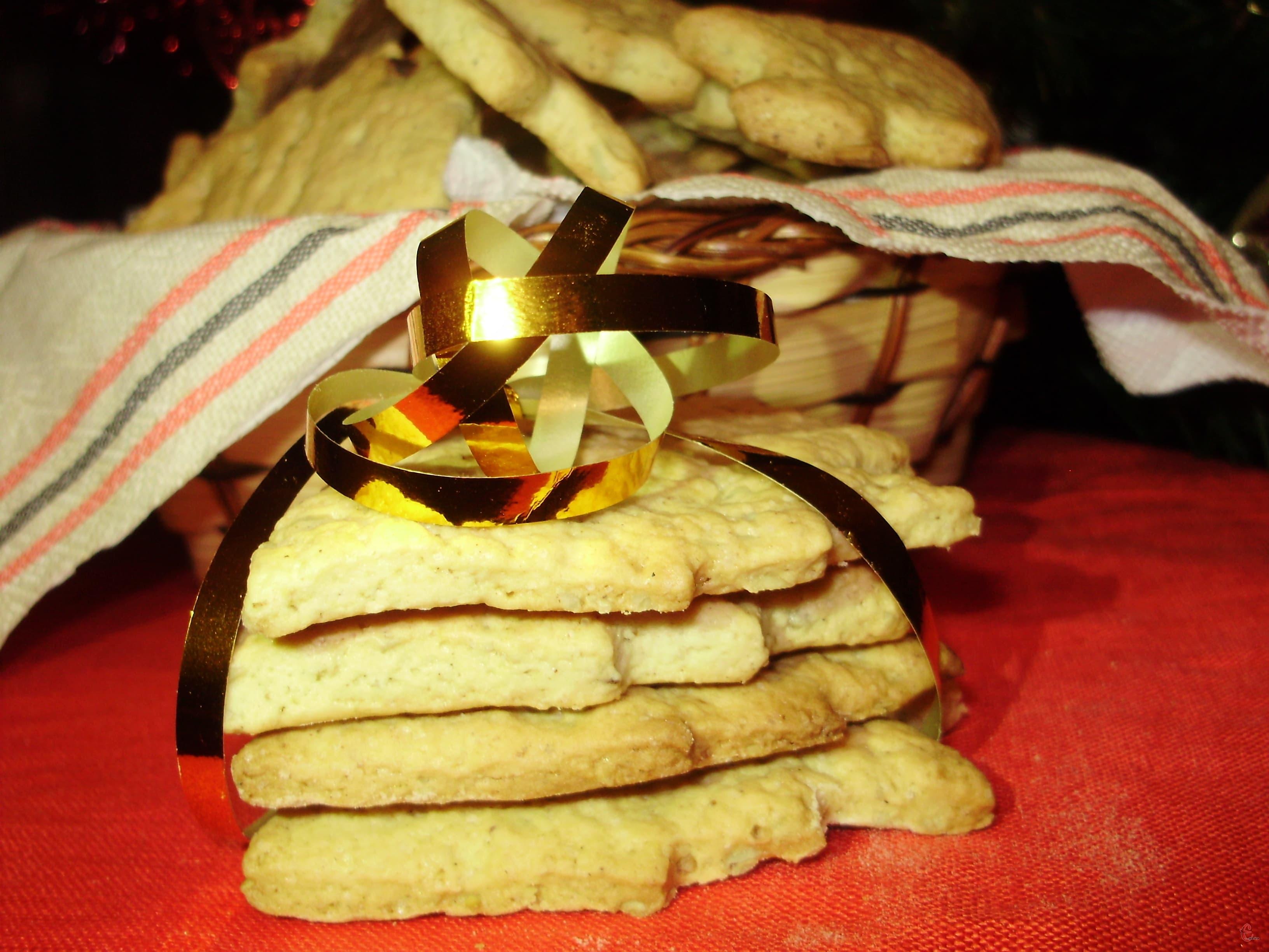 Якщо ж ви хочете прикрасити цим печивом ялинку, потрібно зробити отвори для стрічки у ще сирому тісті.