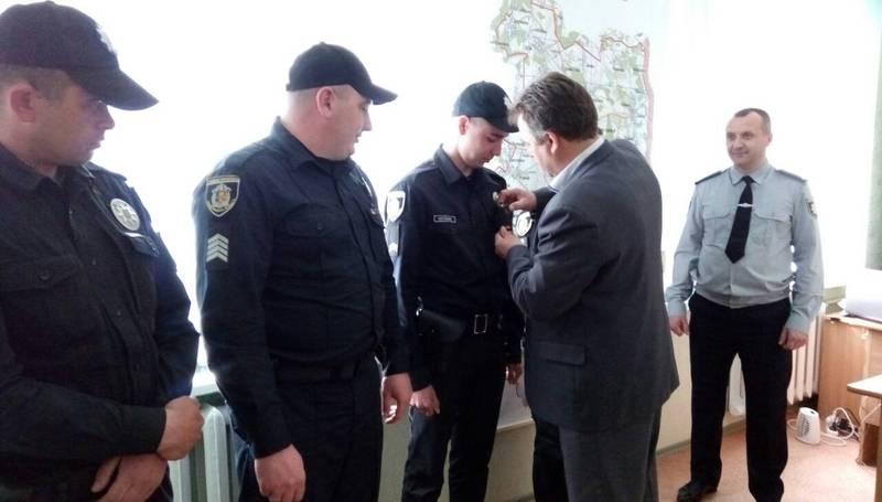 Відеокамера розміщується так, щоб той, хто звертається до поліцейського бачив, що його слова та дії можуть бути зафіксованими