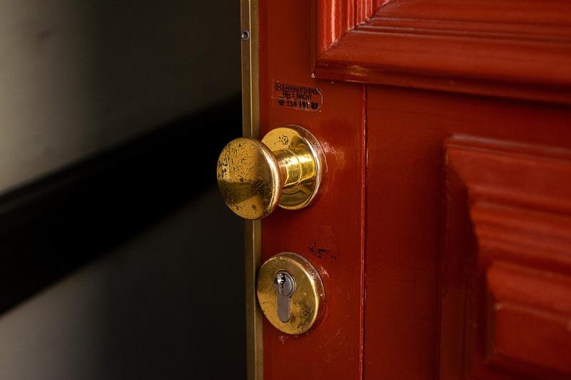 Події відбувались в обідню пору, коли подружжя працювало по господарству, а дверей не зачиняли