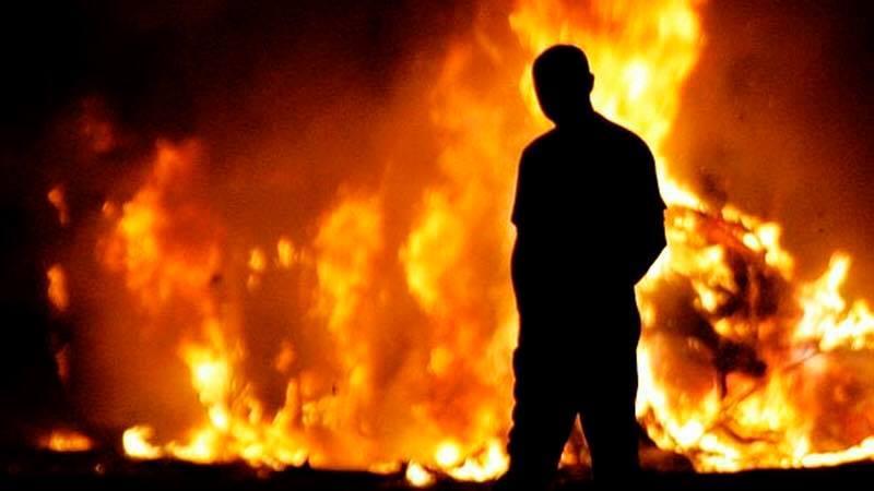 Чоловік спочатку обікрав, а потім підпалив автомобіль