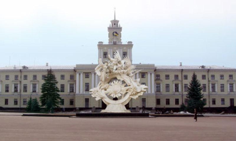 У 2013 році службові особи обласної ради продали приміщення за 450 тис. гривень, хоча експертна вартість будівель становила майже 1,5 мільйона гривень.