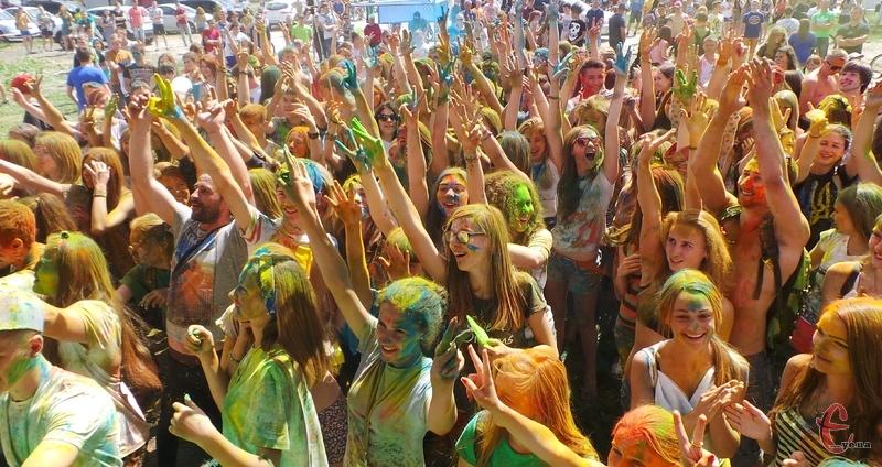 На Зеленому фестивалі хмельничани розмалювали однин одного у яскраві кольори